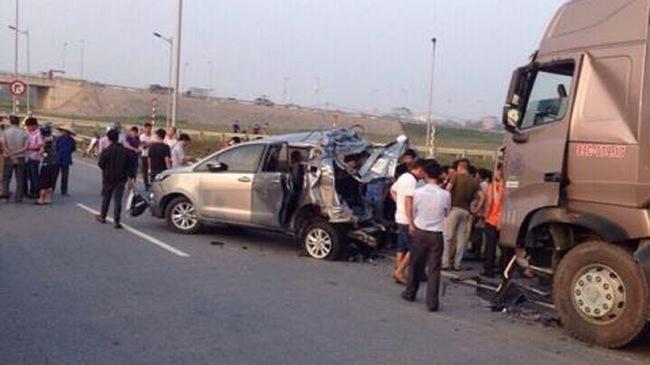 Hình ảnh vụ tai nạn do xe container đâm Innova trên cao tốc