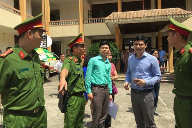 Bác sĩ Hoàng Công Lương (thứ 3 từ trái sang) tại TAND TP Hòa Bình.