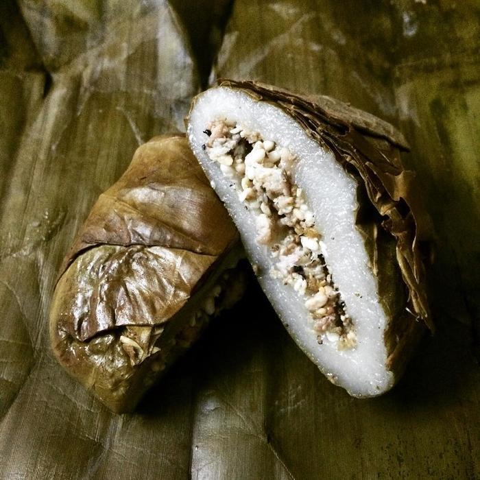 Loại bánh này được làm từ trứng kiến đen, bột nếp và lá non cây vả.