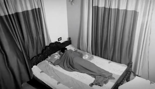 Chàng trai thuê một phòng trong nhà nghỉ rồi ngủ lại một mình.
