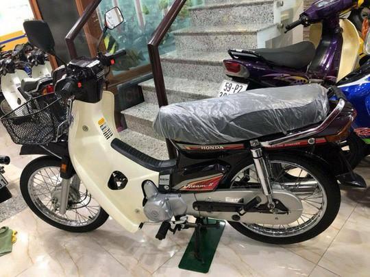 Đây không phải lần đầu chiếc xe số phổ thông Honda Dream được rao bán với mức giá ngất ngưởng. Hôm 18/5, chiếc Dream II nhập khẩu từ Thái Lan được sản xuất từ năm 2002, trong tình trạng mới tinh đã được người bán