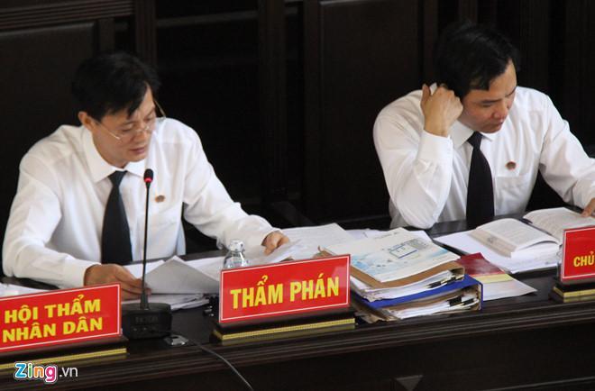 Hai thẩm phán thay nhau xét hỏi tại tòa. Ảnh: Hoàng Lam.