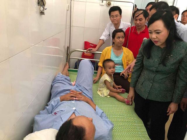 Bộ trưởng đến tận từng giường bệnh thăm các nạn nhân vụ lật tàu bị thương, điều trị tại BVĐK Tĩnh Gia