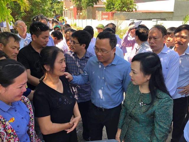 Bộ trưởng Bộ Y tế Nguyễn Thị Kim Tiến động viên thân nhân nạn nhân vụ lật tàu ở Thanh Hoá