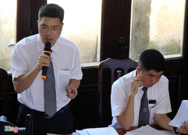 Nhóm luật sư bào chữa cho bị cáo Trần Văn Sơn. Ảnh: Hoàng Lam.