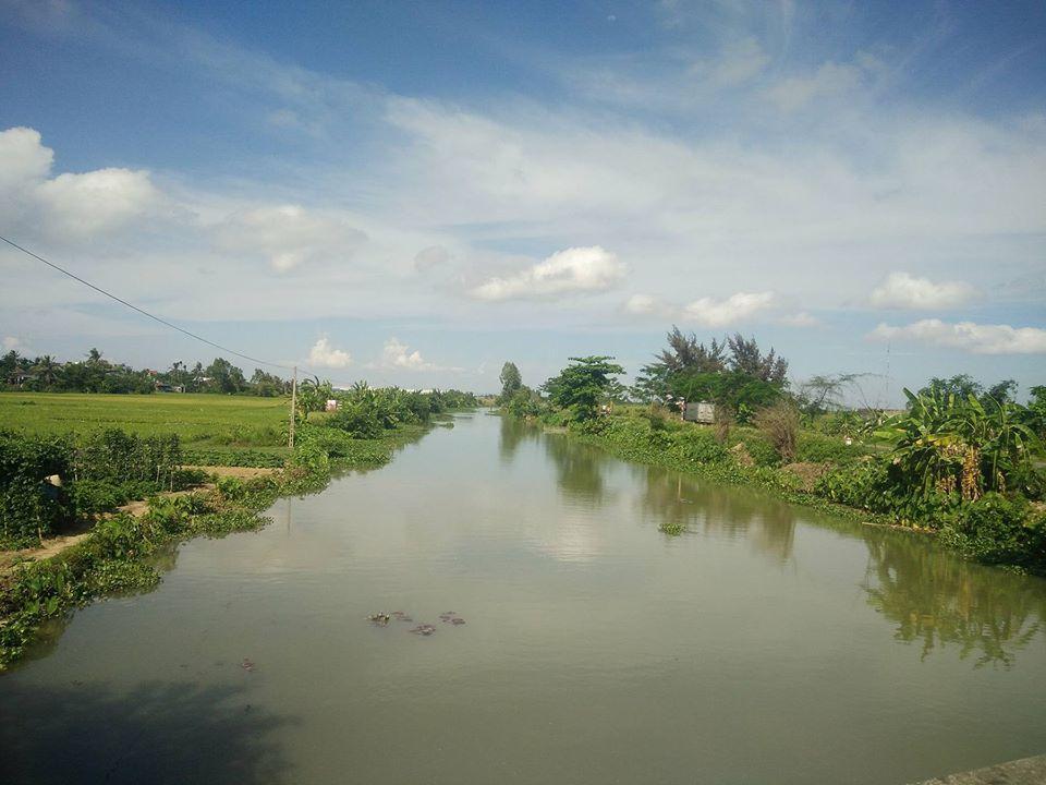 Kênh Hòa Bình đoạn chảy qua xã Đông Phương, người dân nghi ngờ có cá sấu khổng lồ.