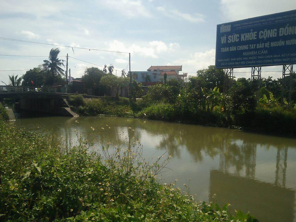 Tại những vị trí trọng yếu trên kênh Hòa Bình, dù đã có chỉ đạo từ UBND huyện Kiến Thụy, tuy nhiên, biển báo nguy hiểm vẫn chưa được cắm.