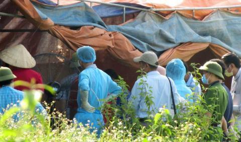 Cơ quan chức năng khai quật, khám nghiệm thi thể bà Hoa sáng ngày 24/5 (Ảnh Vietnamnet).