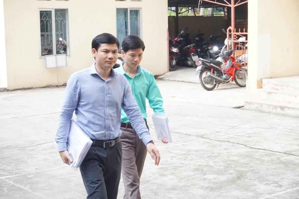 Bác sĩ Hoàng Công Lương (mặc áo xanh) tới Tòa sáng nay.