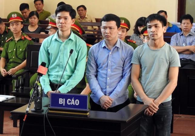 3 bị cáo hầu tòa về các tội Thiếu trách nhiệm gây hậu quả nghiêm trọng và Vô ý làm chết người. Ảnh: TAND TP Hòa Bình.