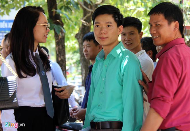 Hoàng Công Lương được người nhà 9 bệnh nhân tử vong đồng loạt xin tòa tuyên vô tội. Ảnh: Hoàng Lam.