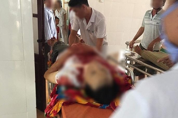 Người chồng đang được cấp cứu tại bệnh viện. Ảnh: NĐT
