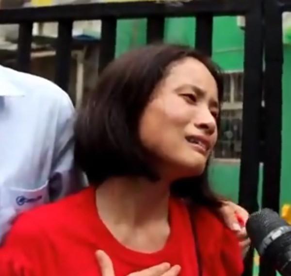 Chị Wu Xuemei không giấu nổi sự đau đớn khi mất con đột ngột như vậy.