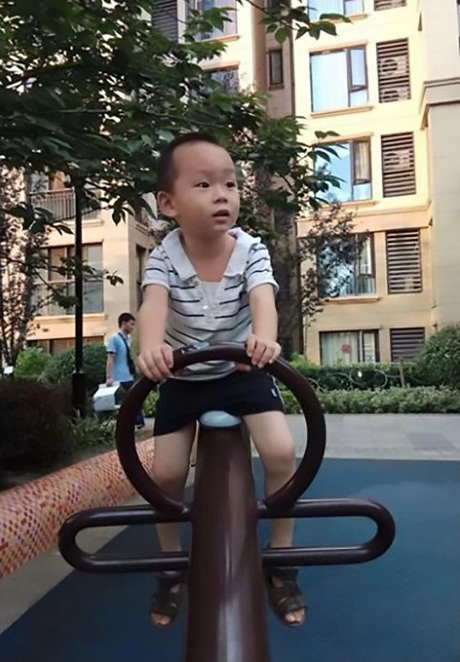 Cậu bé Tian 4 tuổi.