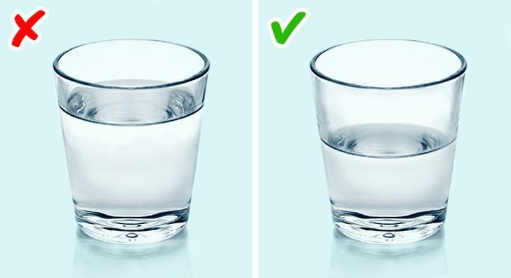 Uống một chút nước trước khi đi ngủ cũng tốt cho cơ thể bạn. Nhưng nếu bạn uống quá nhiều nước, bạn có thể thức dậy vào ban đêm và có bọng mắt vào buổi sáng.