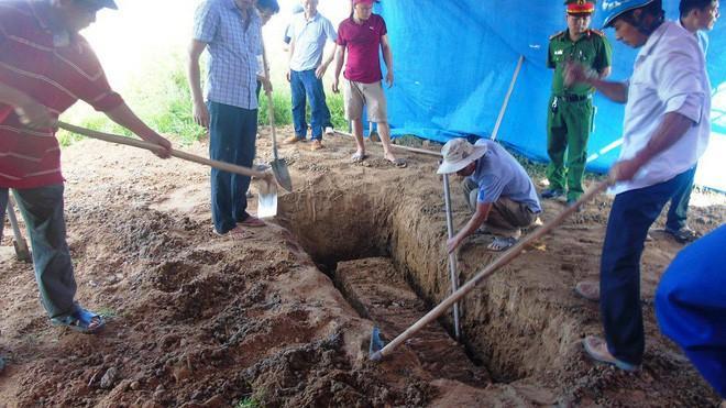 Cơ quan chức năng khai quật tử thi bà Hoa. Ảnh: Thời đại