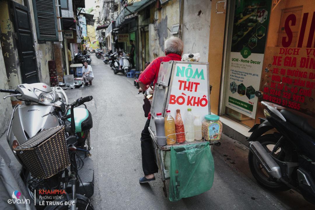 Xe nộm bò khô của ông Hào rong ruổi khắp Hà Nội gần 40 năm nay.