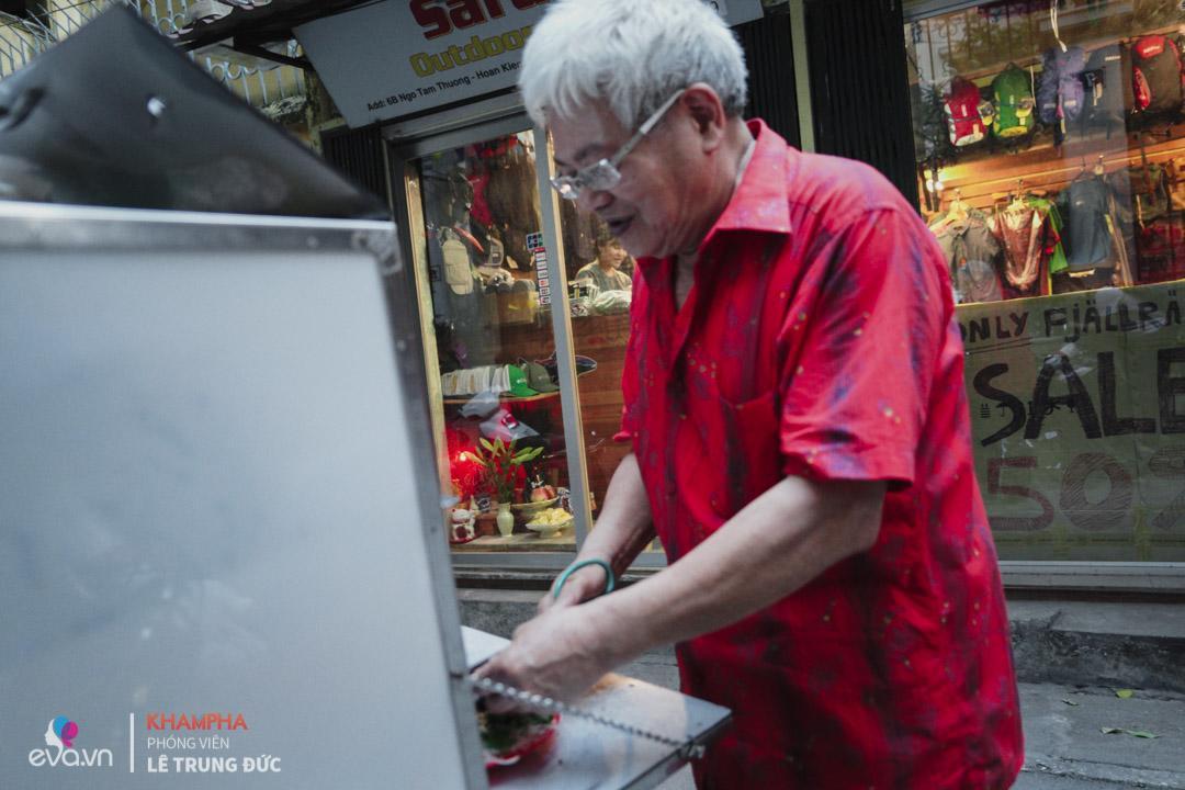 Gân, thịt bò, cuống họng, lá lách đều được luộc kỹ rồi tẩm thuốc bắc chế biến.