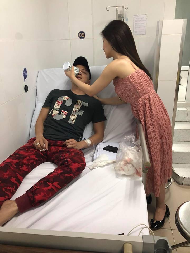 Cao Thái Sơn được Hương Tràm chăm sóc trong bệnh viện.