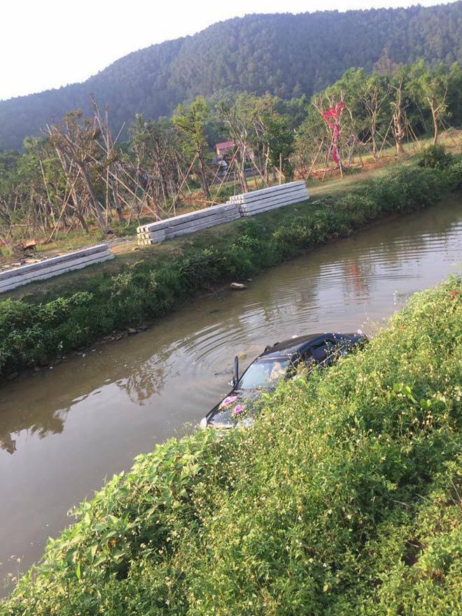 Chiếc xe đón dâu nằm gọn dưới nước