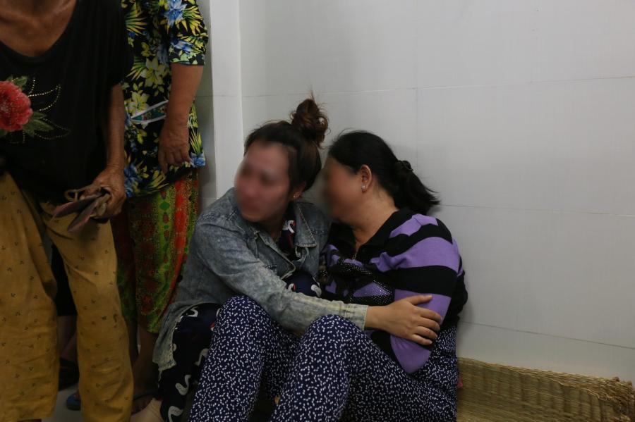 gười mẹ khóc ngất trước linh cữu con gái