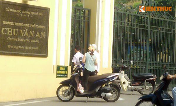 Hình ảnh nam thí sinh đến điểm thi trường THPT Chu Văn An muộn.