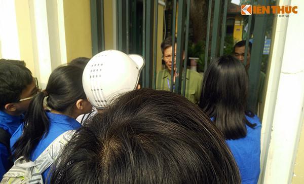 Rất nhiều thanh niên tình nguyện, phụ huynh đưa con em đến điểm thi ở trường THPT Chu Văn An thấy sự việc liền tiến tới động viên sĩ tử.