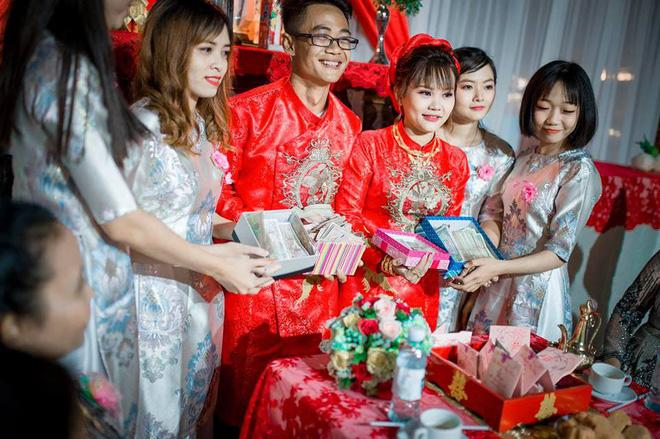 Cô dâu chú rể được hội bạn thân mừng cưới 100% bằng tiền lẻ, đêm tân hôm đếm rụng tay mà không hết.