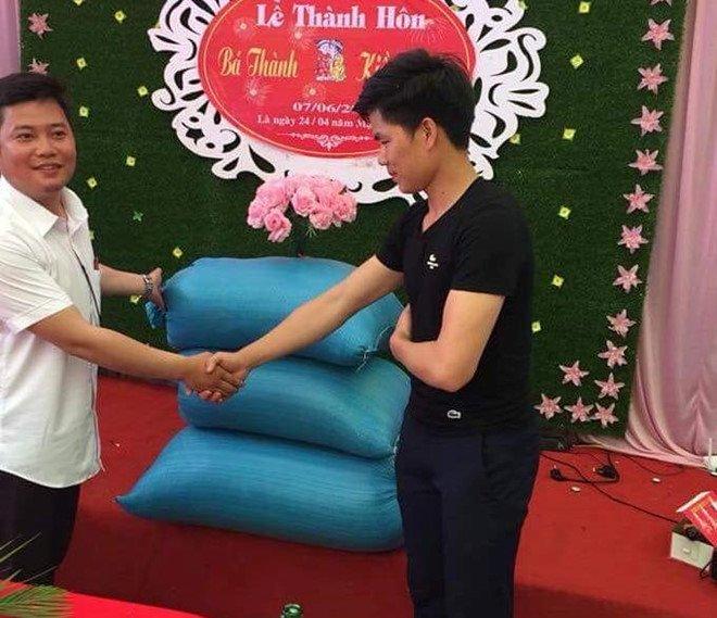 Cô dâu, chú rể Thanh Hoá được bạn bè mừng cưới bằng 3 bao tải thóc. Ảnh:FBNV.