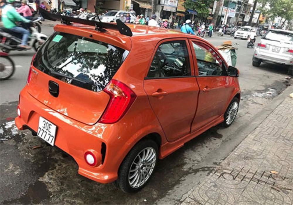 Để xứng với biển số đẹp trên, chủ xe đã đưa chiếc Kia Morning đi làm đẹp lại nội thất và cả bên ngoài. Xe được đổi sang màu cam và làm lại đèn, mặt ca-lăng giống bản cao cấp Si.