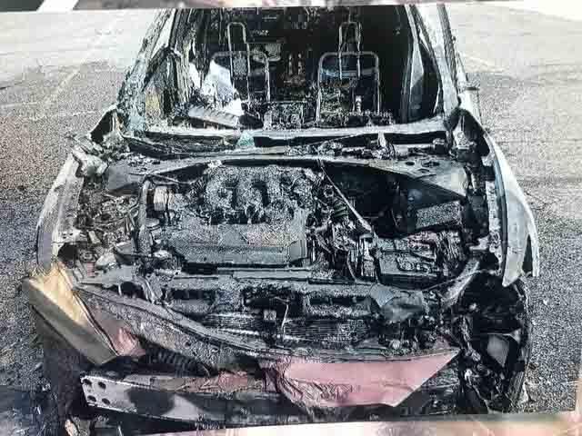 Chiếc Nissan Maxima cháy rụi toàn bộ