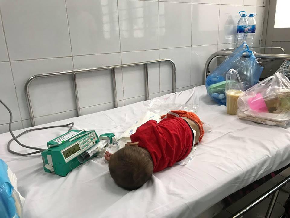 Bé C. đang điều trị tại bệnh viện Nhi Trung ương.