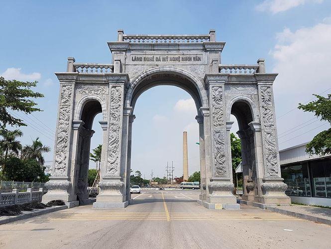 Cổng làng Ninh Vân được đánh giá có mức đầu tư và kỳ công thuộc dạng bậc nhất ở Ninh Bình. Ảnh: M.Đ