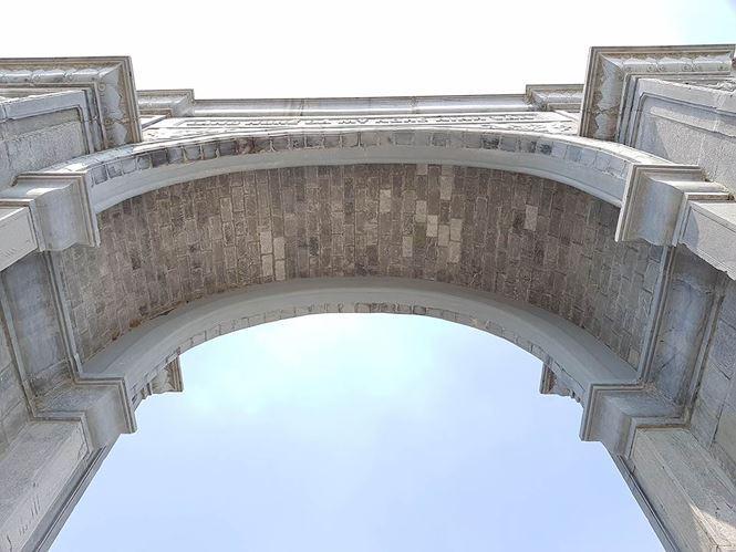 Cổng làng Ninh Vân được xây dựng hầu hết bằng đá tự nhiên. Ảnh: M.Đ