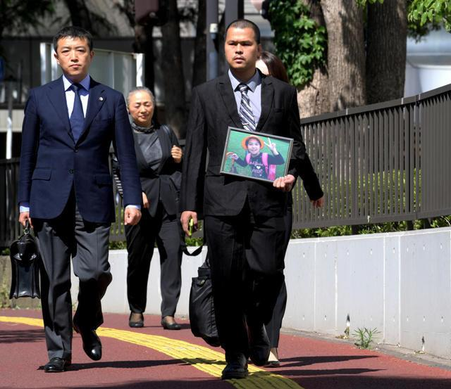 Anh Lê Anh Hào, cha bé Nhật Linh, đến tòa án sáng 4/6. Ảnh: Asahi.