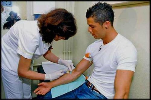 Cristiano Ronaldo không xăm mình để có thể đều đặn hiến máu. Ảnh: Sportskeeda.