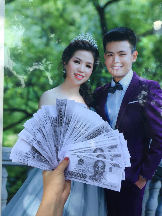 Tấm phong bì cùng số tiền mừng cưới được hội bạn thân gửi tặng