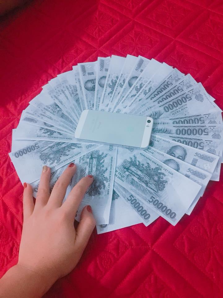 Số tiền mừng cưới được hội bạn thân lầy lội in ra để cho vào phòng bì