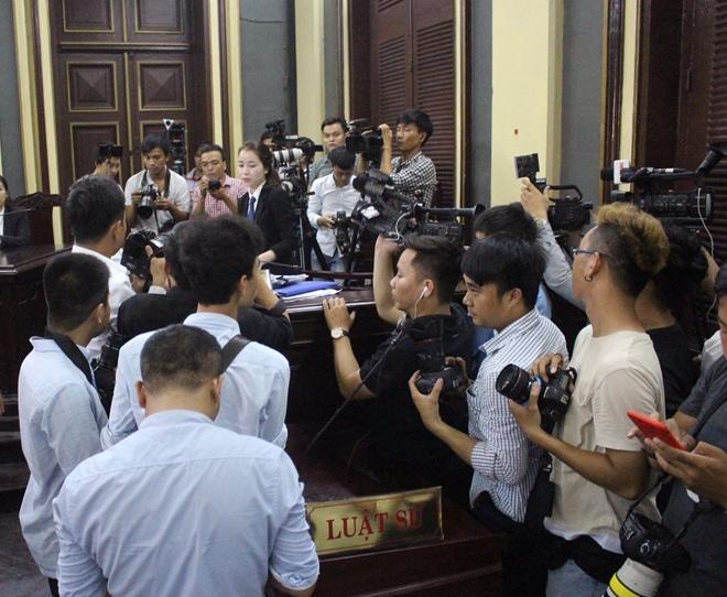Các phóng viên đang tác nghiệp tại một phiên toà.