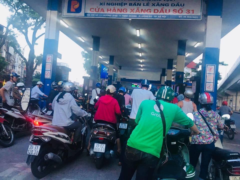 Ngày mai, giá xăng dầu có thể giảm mạnh. Ảnh: Hoàng Lê