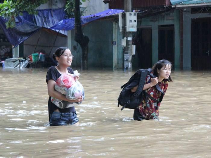 Lội nước đến trường... (Ảnh Thuý Nguyễn)