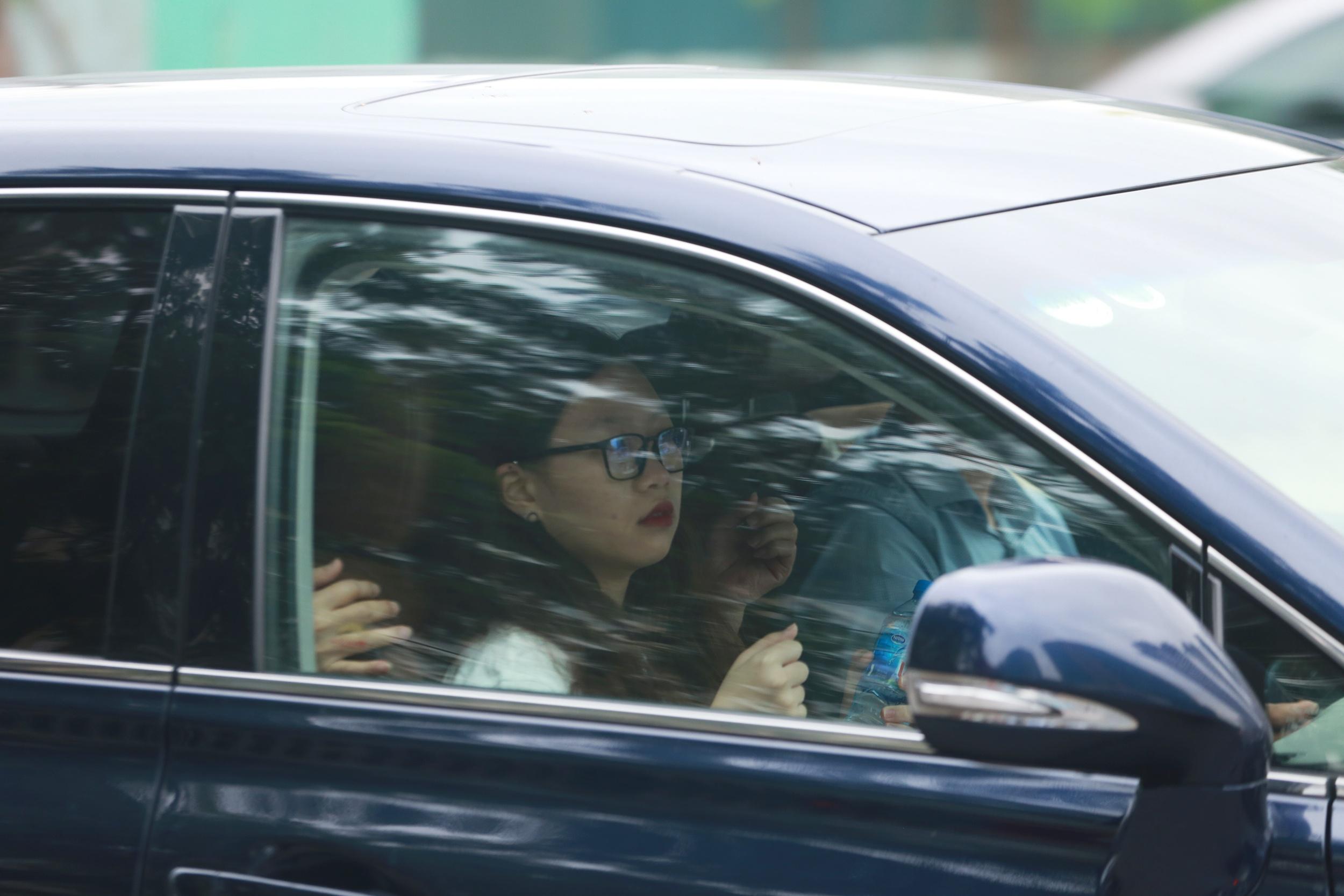 Thí sinh nữ với vẻ mặt khá lo lắng trước khi xuống xe.