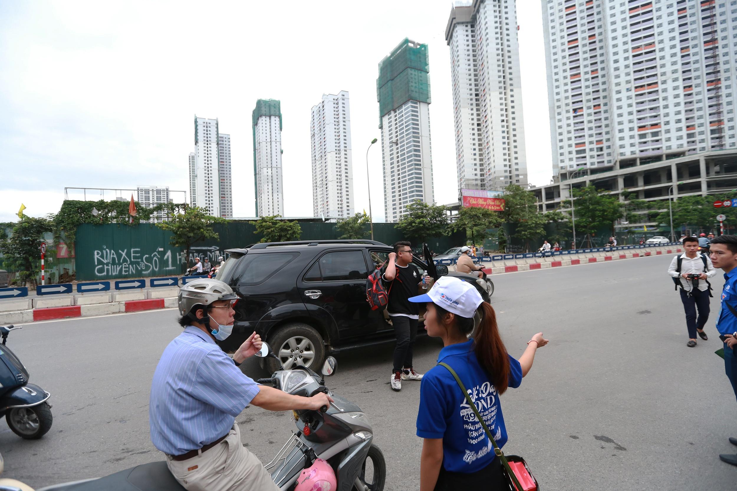 Nhiều thí sinh được phụ huynh đưa đến điểm thi bằng xe ô tô hạng sang.