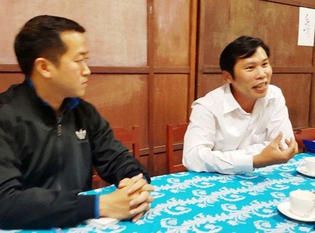 Ông Trần Văn Bình - Hiệu trưởng Trường THCS Lê Thuyết (bên phải) cho rằng, thời điểm cô giáo N. bị hiếp dâm, bảo vệ của trường bận về nhà ăn cơm. Ảnh: Báo Tiền Phong