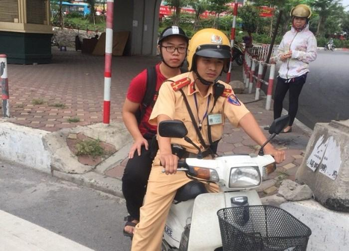 Thượng úy Vũ Văn Linh giúp đỡ đưa thí sinh đến trường thi an toàn, đúng thời gian
