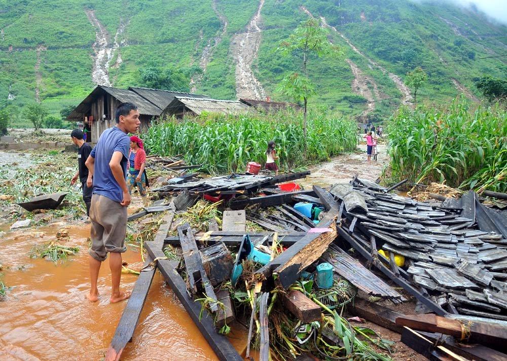 Người dân thôn Lùng Nùn (Quản Bạ, Hà Giang) ngậm ngùi nhìn ngôi nhà giờ chỉ còn là đống gỗ ngổn ngang. Ảnh: VNN