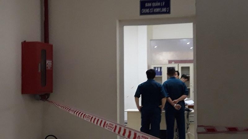 Nam thanh niên xông vào căn phòng Ban quản lý chung cư Homyland 2 tấn công người đàn ông. Ảnh H.T.