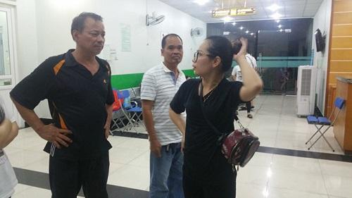 Người nhà bệnh nhân bức xúc trước lời giải thích của bệnh viện. Ảnh: News zing