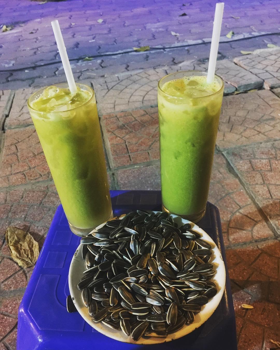 Cát Linh là một trong những con phố sở hữu nhiều điểm bán nước ép, sinh tố trái cây cho mùa hè.(Ảnh: Beothongminh)