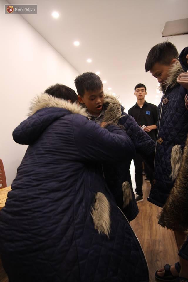 Trước khi vào bên trong, nhân viên quán sẽ giúp khách hàng mặc áo ấm để hạn chế cái lạnh cắt da cắt thịt.